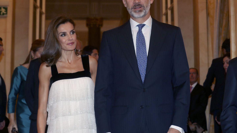 El rey Felipe y la reina Letizia a su llegada a la gala de entrega del XXXIV Premio de Periodismo 'Francisco Cerecedo'. (EFE)