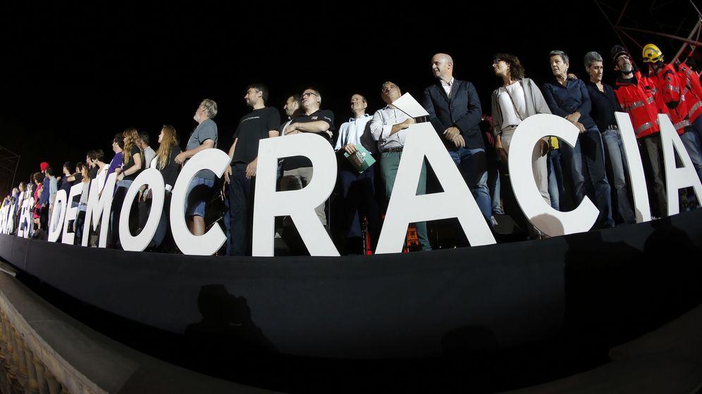 Foto: Asistentes al acto unitario del independentismo dos días antes del 1-O (EFE)