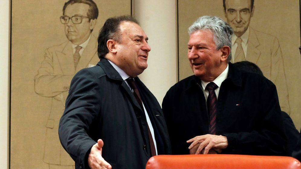 Foto: Pedro Quevedo (a la derecha), presidente de la comisión de investigación, con uno de los comparecientes. EFE Juan Carlos Hidalgo