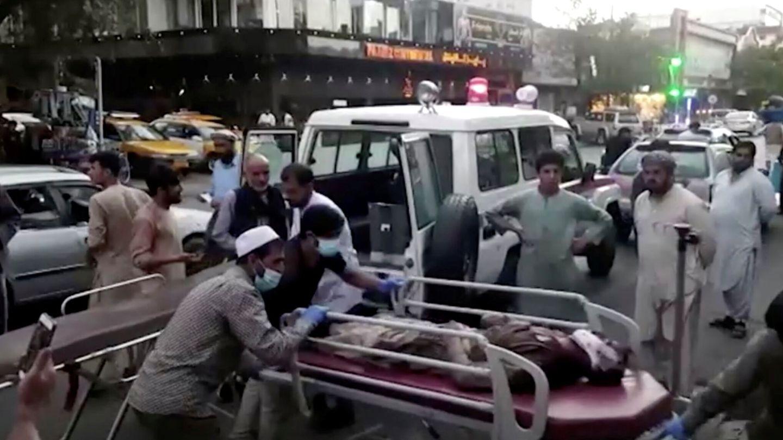 Heridos llegan al hospital tras el doble atentado en Kabul. (Reuters)