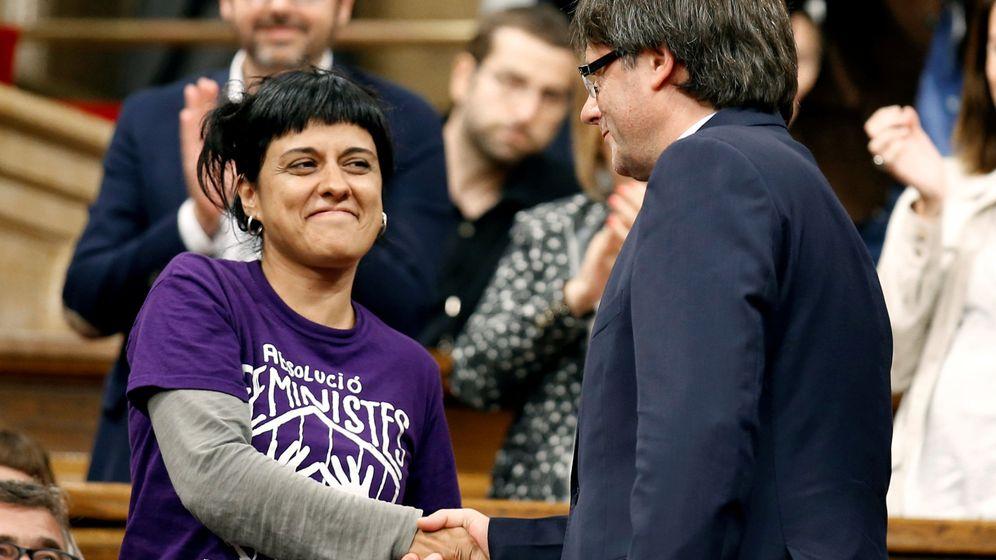 Foto: El 'president' de la Generalitat, Carles Puigdeont, saluda a la diputada de la CUP Anna Gabriel. (Reuters)
