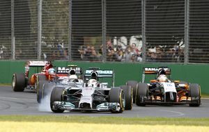 Érase una vez pilotos empujando su coche para terminar la carrera...