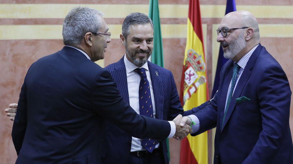 Foto: El consejero de Economía, Rogelio Velasco (i), estrecha la mano del portavoz parlamentario de Vox, Alejandro Hernández, tras la firma del acuerdo para la aprobación de los Presupuestos de Andalucía 2020. (EFE)