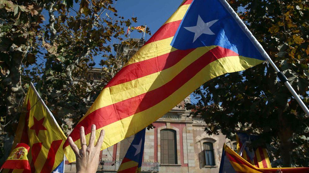Foto: Miembros de la ANC y otras entidades soberanistas celebran ante el Parlament de Cataluña la aprobación hoy de la resolución independentista. (EFE)