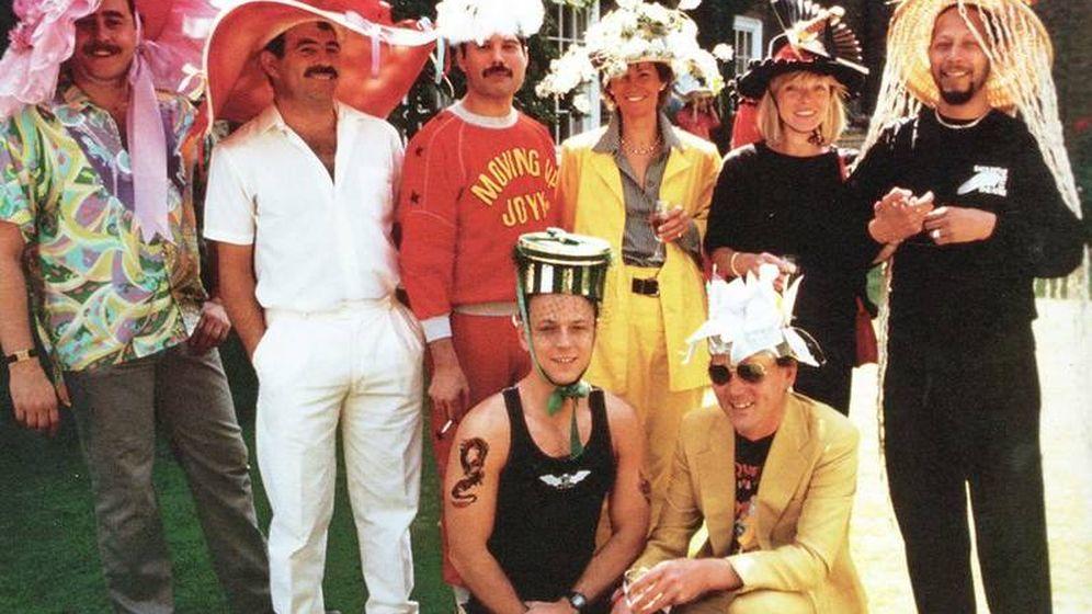 Foto: Peter Freestone, asistente personal y amigo de Mercury, de pie a la izquierda, en 1986.