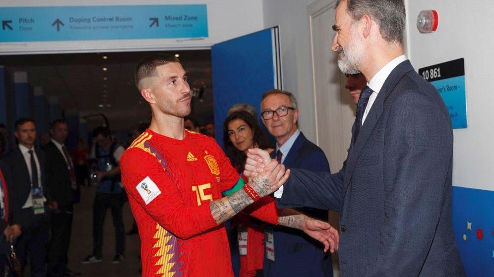 Foto: Felipe VI, saludando a Sergio Ramos tras el partido. (EFE)