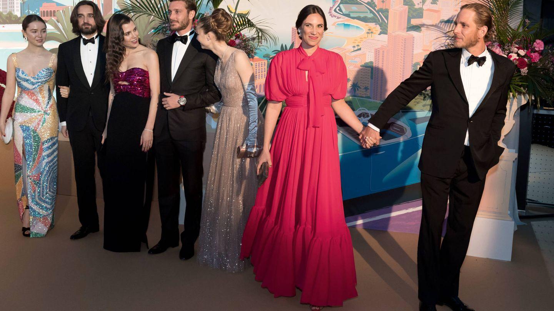 Alexandra de Hannover, Dimitri Rassam, Carlota Casiraghi, Pierre Casiraghi, Beatrice Borromeo, Tatiana y Andrea Casiraghi, en el último Baile de la Rosa. (Getty)
