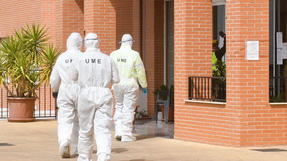 Foto: La UME desinfecta una residencia de ancianos. (EFE)
