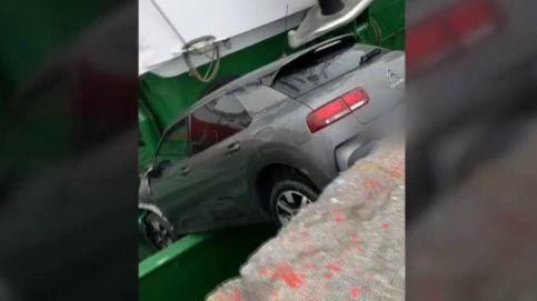 La extraña caída de un coche sobre un pesquero