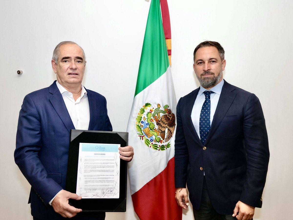 Foto: El líder de los senadores del PAN, Julen Rementería, sostiene la Carta de Madrid firmada junto al líder de Vox, Santiago Abascal. (Twitter)