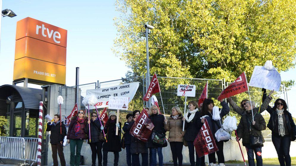 Foto: Manifestación de las trabajadoras de limpieza de RTVE, esta semana (Foto: M.Z.)