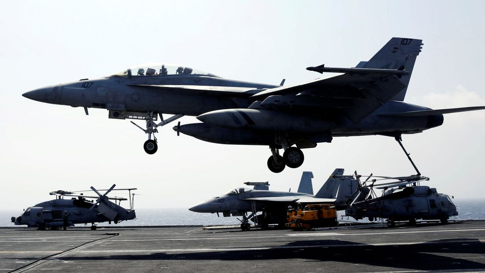 Foto: Un caza F18, aterrizando sobre un portaviones. (Reuters)