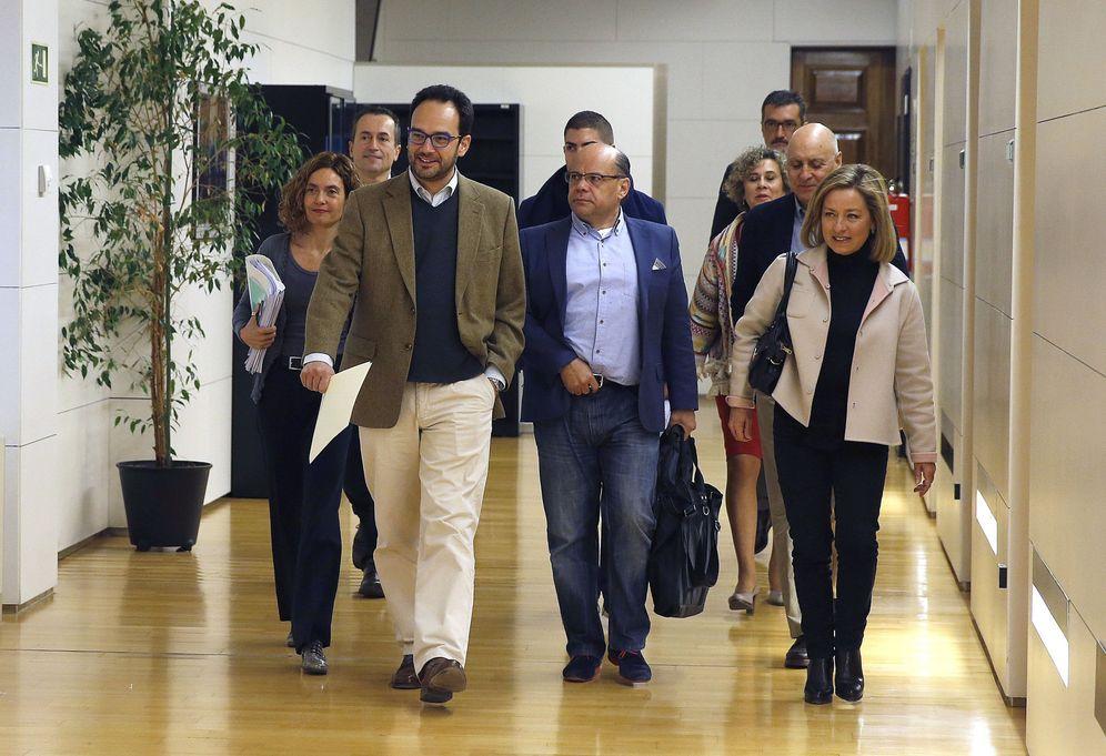 Foto: El socialista Antonio Hernando y los nacionalistas canarios José Miguel Barragán y Ana Oramas, al frente de los dos equipos negociadores, este 19 de febrero en el Congreso. (EFE)