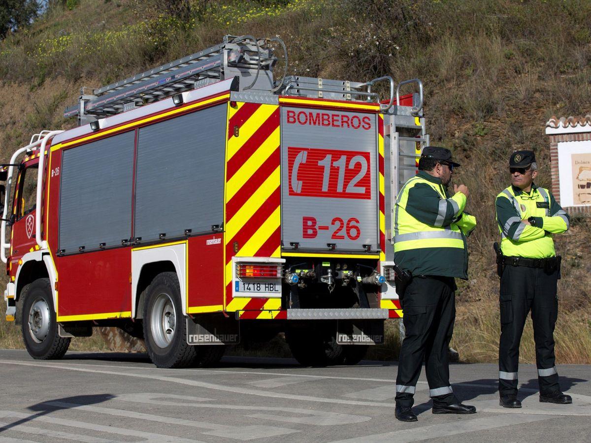 Foto: Dos bomberos en Asturias, en una imagen de archivo. (EFE)