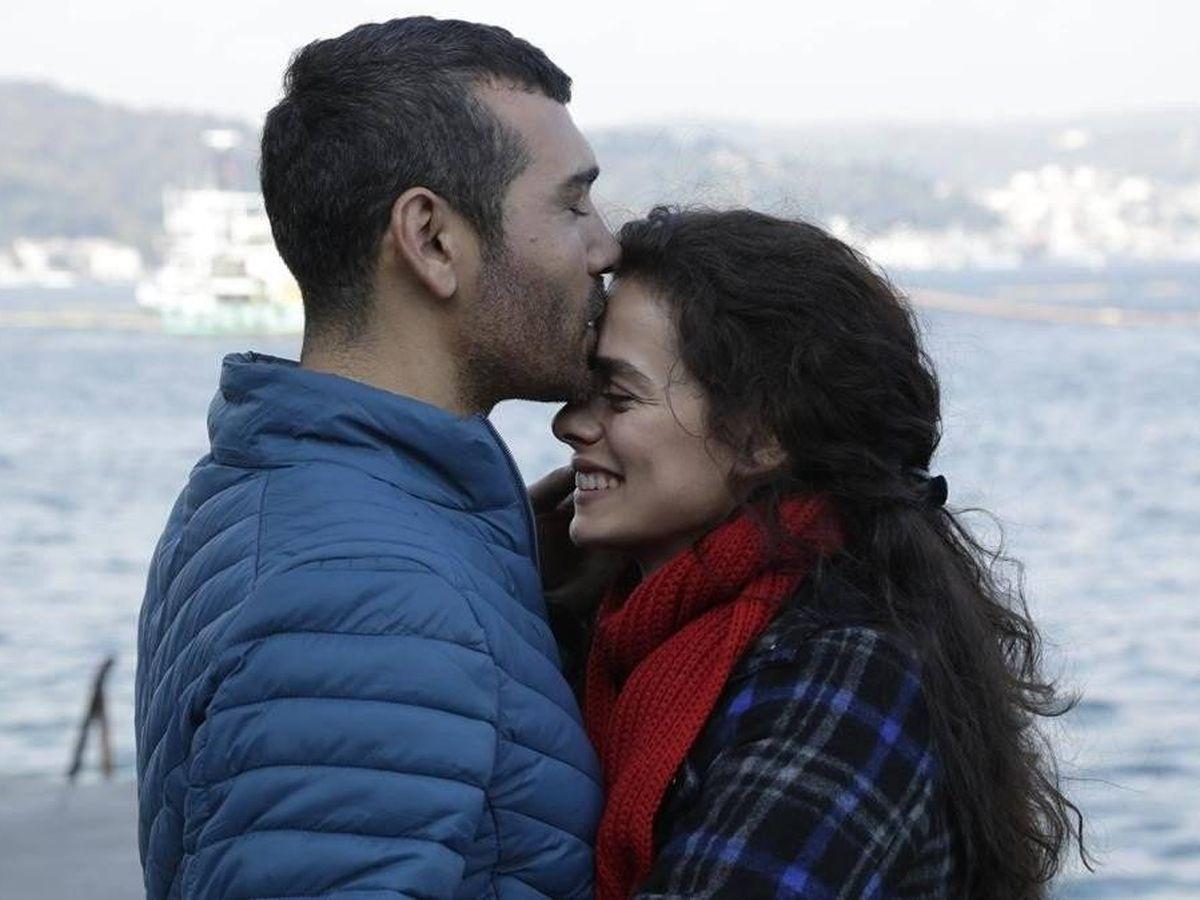Foto:  Caner Cindoruk y Özge Özpirinçci, en 'Mujer'. (Antena 3)