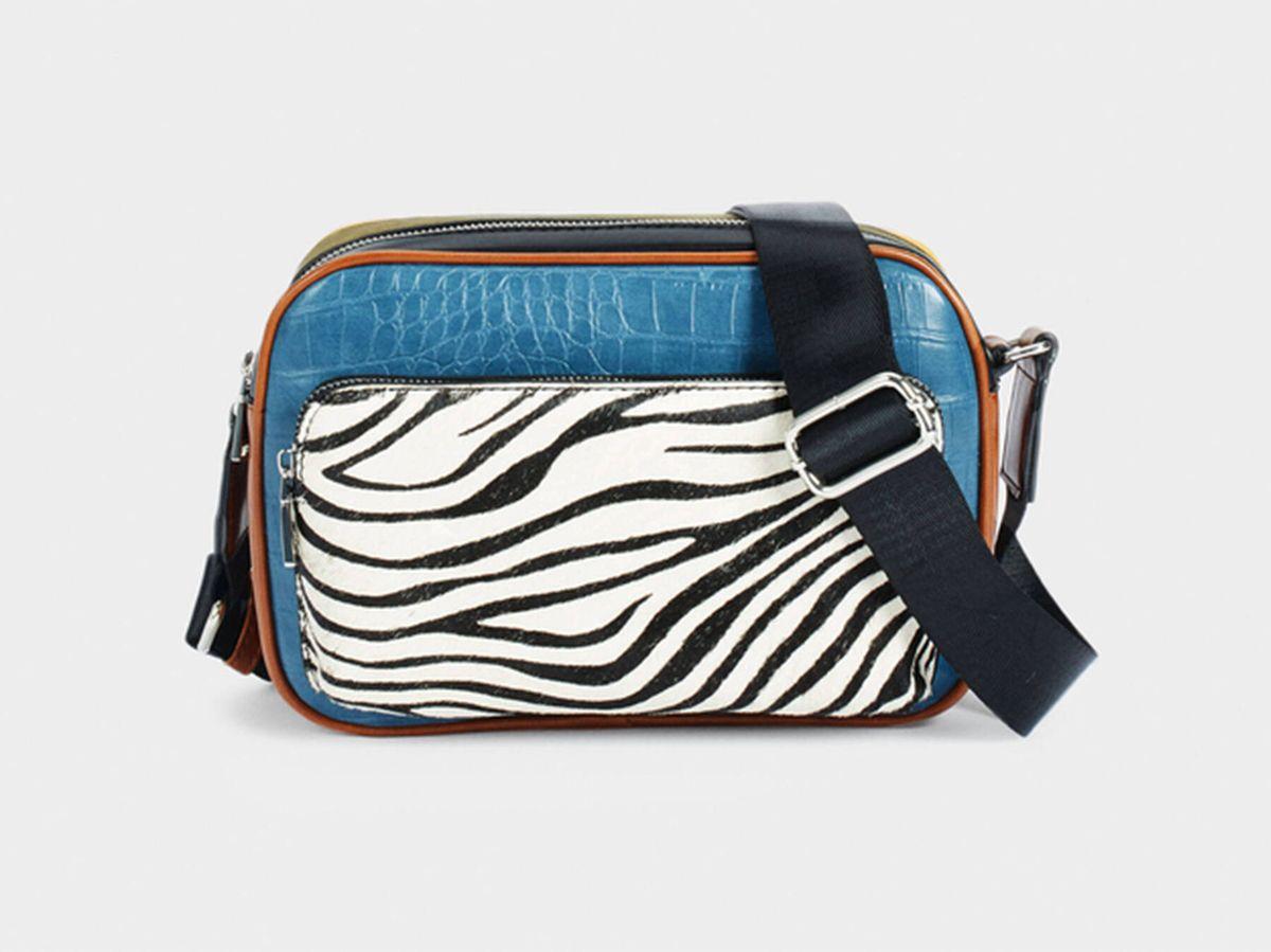 Foto: El bolso bandolera de Parfois que combina varios colores y estampados. (Cortesía)