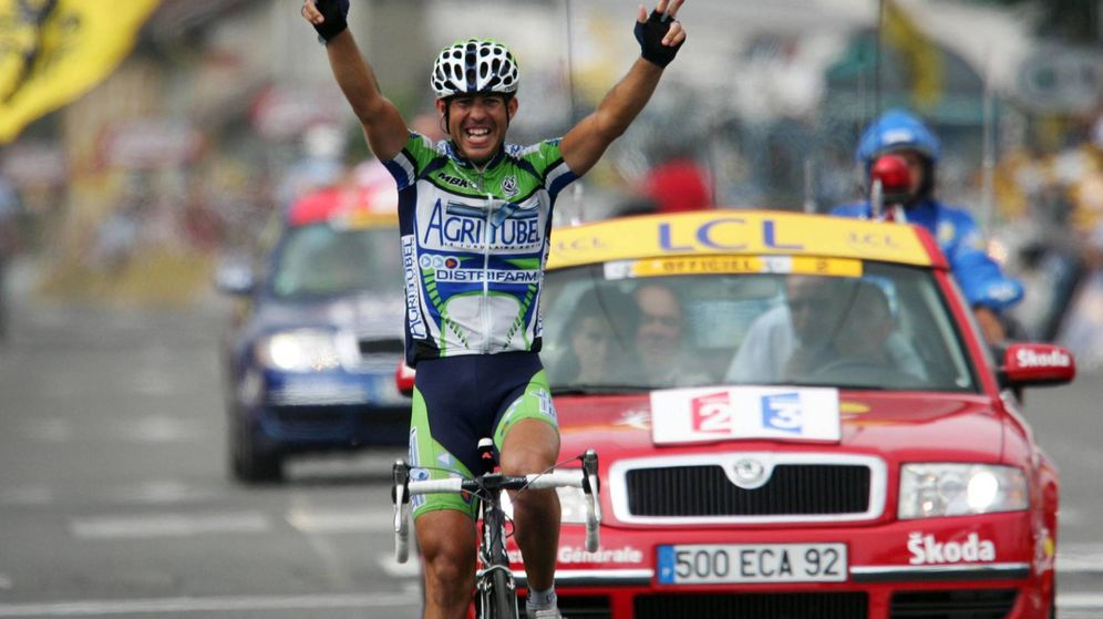Foto: Juanmi Mercado celebra su última victoria en el Tour de Francia con el equipo Agritubel. (Imago)