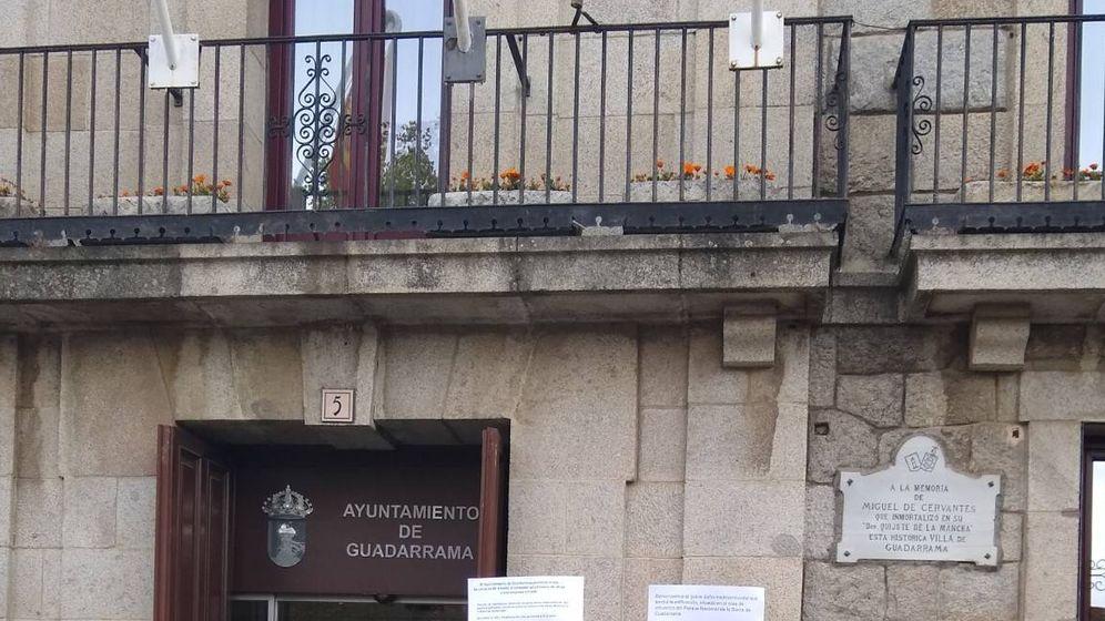 Foto: Vecinos de Guadarrama presentan firmas contra el geriátrico de Vallefresnos.