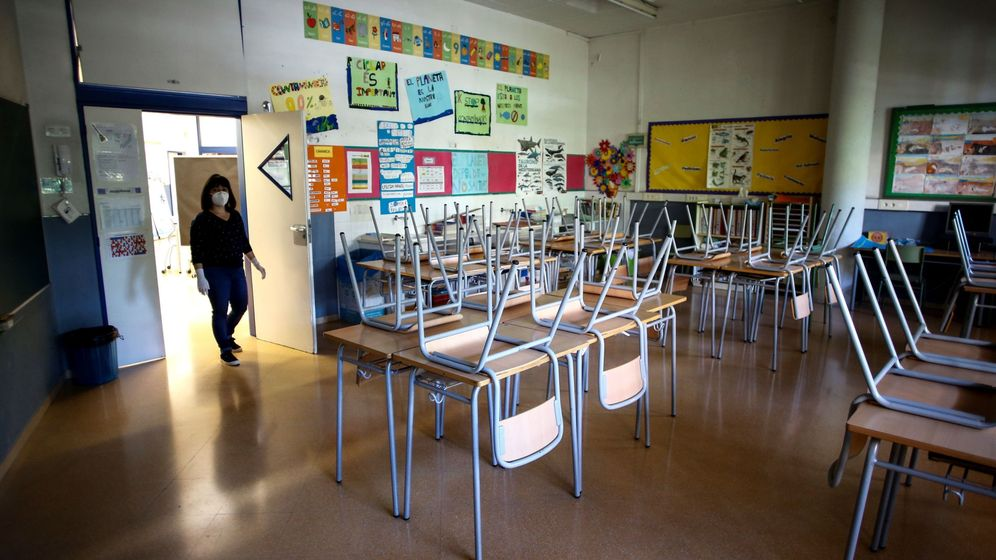 Foto: Un aula vacía en un colegio de Barcelona. (EFE)