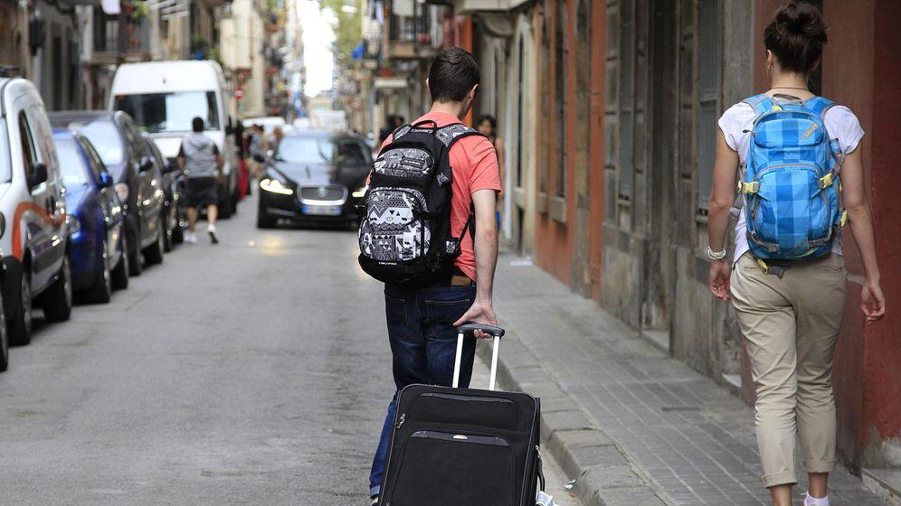 Foto: Una pareja de turistas busca alojamiento en Barcelona. (EFE)