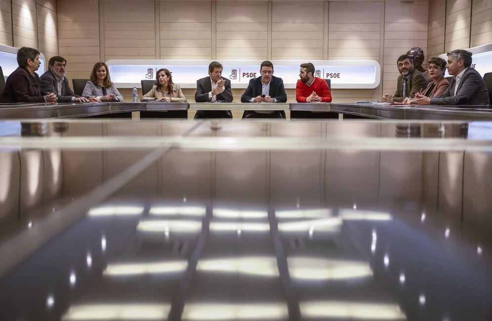 Foto: Vista general de la reunión de la comisión gestora que preside Javier Fernández, el pasado 26 de enero en Ferraz. (EFE)