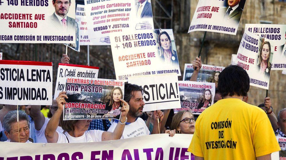 Foto: Las víctimas del accidente del Alvia se concentran en la plaza del Obradoiro para pedir justicia y exigir responsabilidades en el tercer aniversario. (EFE)