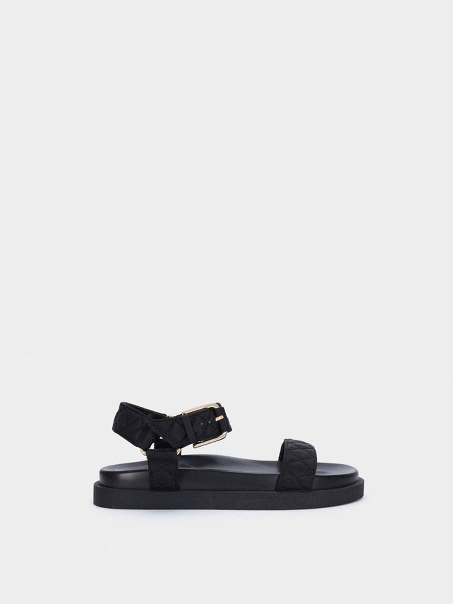 Sandalias negras y cómodas de Parfois. (Cortesía)