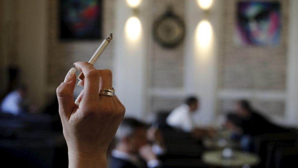 Foto: Mujer sostiene un cigarrillo en un café de Viena (Leonhard Foeger / Reuters)