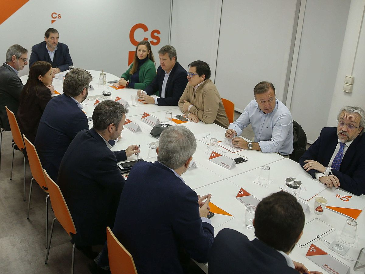 Foto: Andrés Betancor (d), en una reunión de la gestora de Ciudadanos. (EFE)