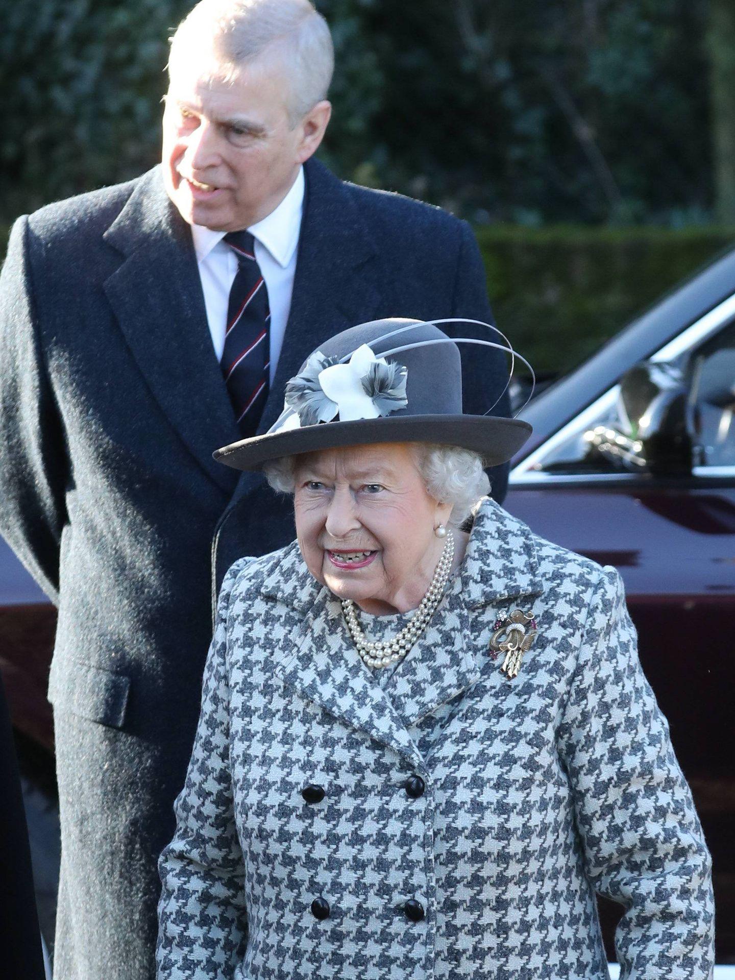 Primera aparición pública del año 2020 de Isabel II junto a su hijo, el príncipe Andrés. (Cordon Press)