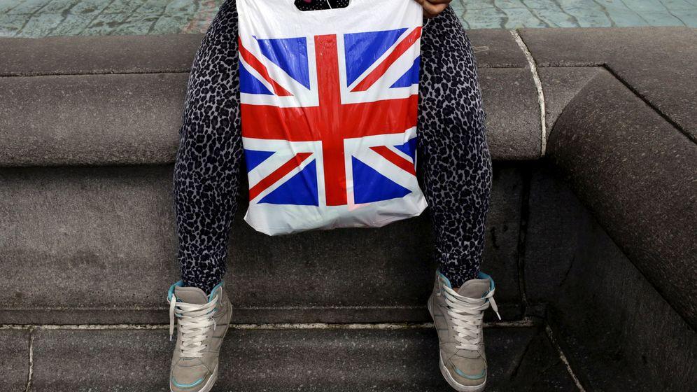 Foto: Una mujer sostiene una bolsa de plástico con la bandera británica, la Union Jack, en Londres, abril de 2016 (Reuters)
