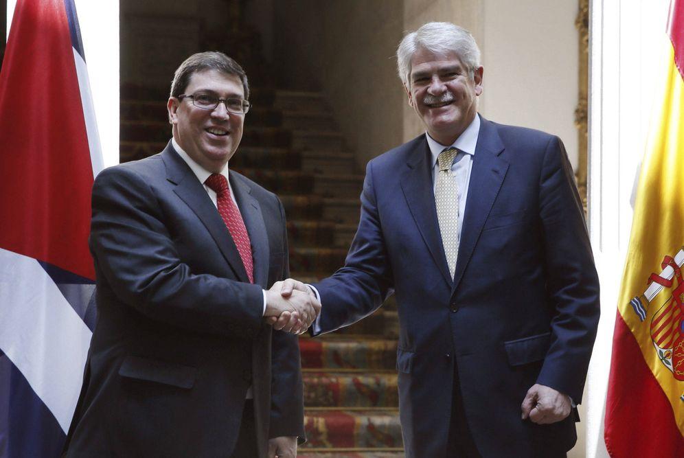 Foto: Alfonso Dastis saluda al canciller de Cuba, Bruno Rodríguez, durante su visita oficial a España, en marzo de 2017. (EFE)