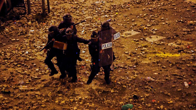 Un grupo de policías antidisturbios durante los altercados que se están produciendo en Barcelona. (EFE)