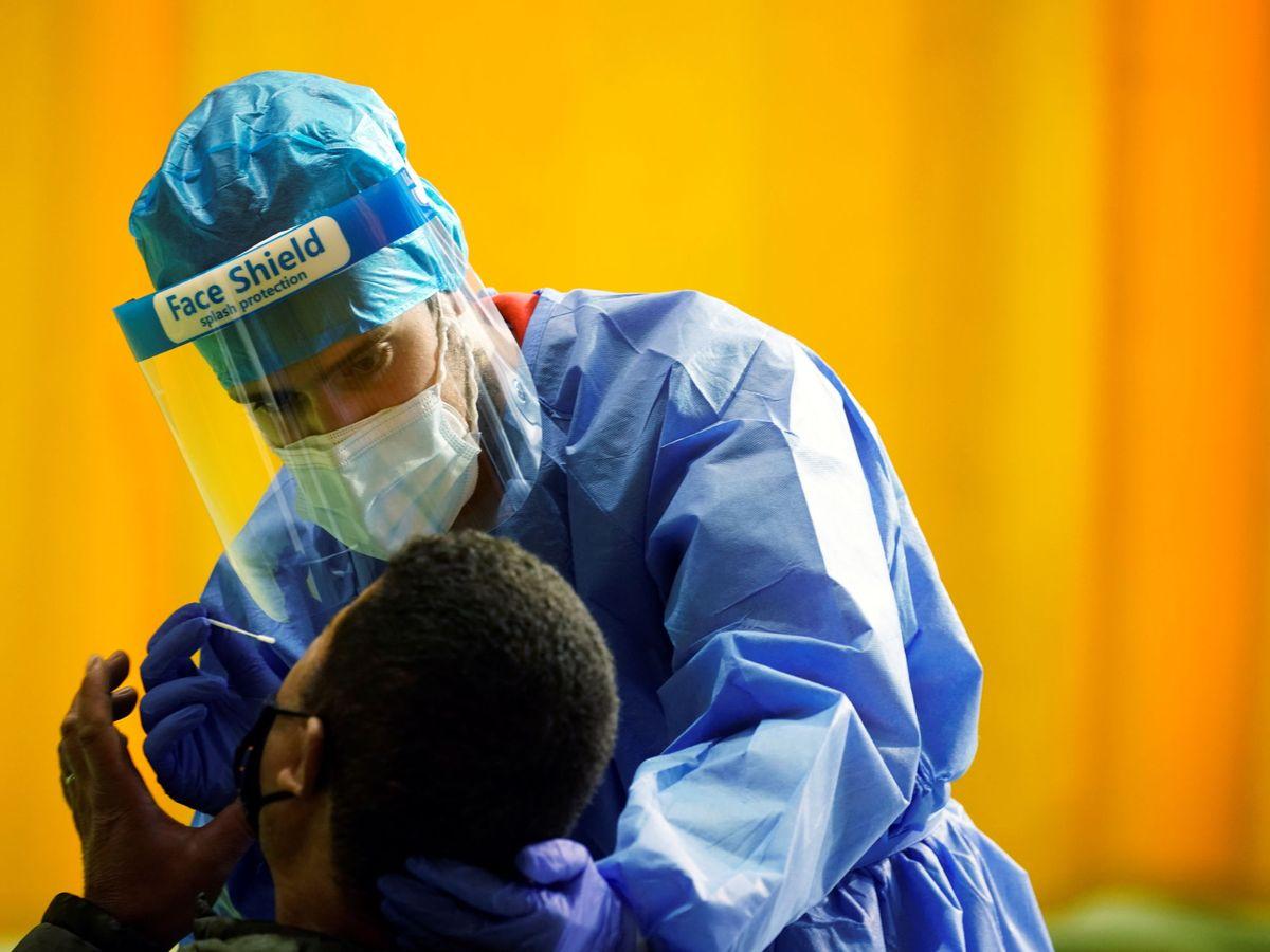 Foto: Toma de muestra para un test de antígenos en Alpedrete (Madrid). (Reuters)