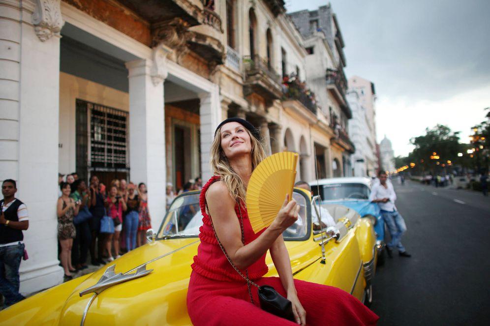 Foto: La modelo Gisele Bundchen posa en el Paseo del Prado, en La Habana, antes de un evento de moda del diseñador Karl Lagerfeld. (Reuters)