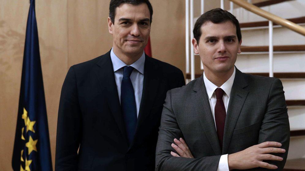 Foto: El secretario general del PSOE, Pedro Sánchez, y el presidente de Ciudadanos, Albert Rivera, se reunieron la pasada semana en el Congreso. (EFE)