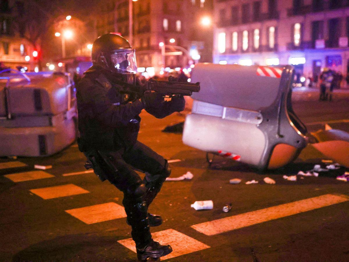 Foto: Un agente antidisturbios, durante una protesta en Barcelona. (Reuters)