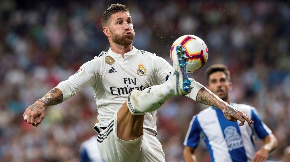 Foto: Sergio Ramos se esfuerza para llegar a un balón dividido en el partido de Liga ante el Espanyol. (Efe)