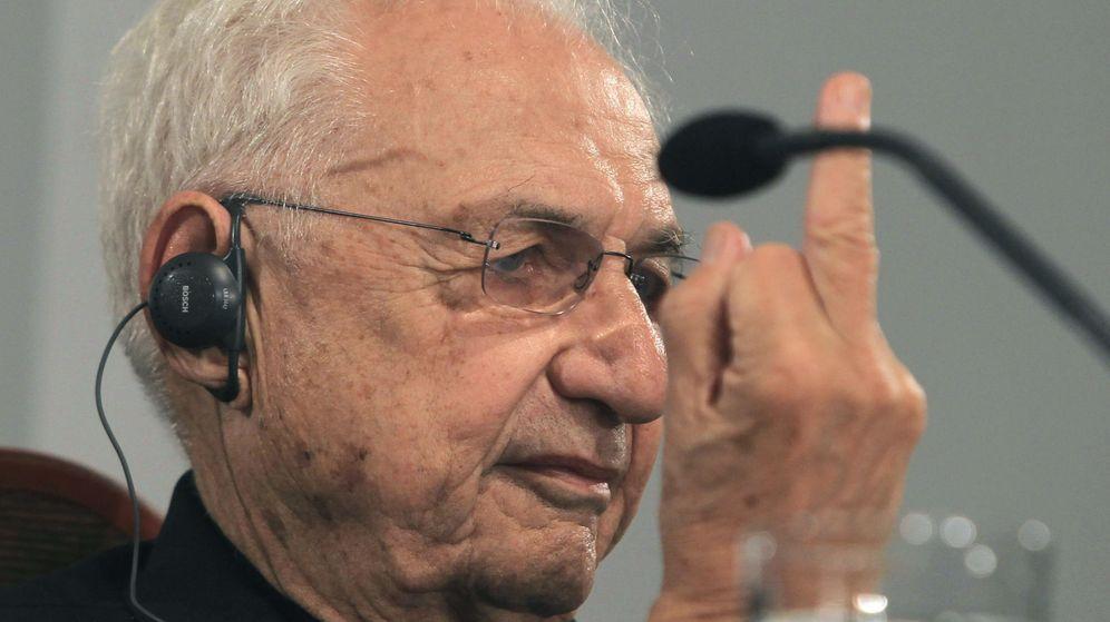 Foto: Frank Gehry hace una 'peineta' en la rueda de prensa del premio Príncipe de Asturias (EFE)