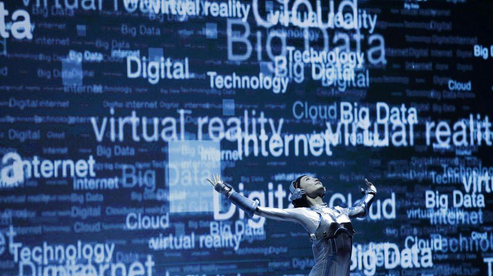 Foto: Una bailarina actúa con un atuendo robótico durante el 21º Congreso de Información y Tecnología (WCIT) en Taipéi. (EFE)