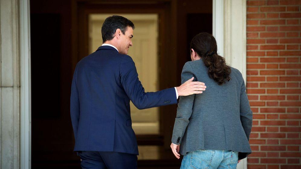 Foto: El presidente del Gobierno en funciones, Pedro Sánchez, antes de su reunión en el Palacio de la Moncloa con el líder de Podemos, Pablo Iglesias, el pasado 7 de mayo. (EFE)