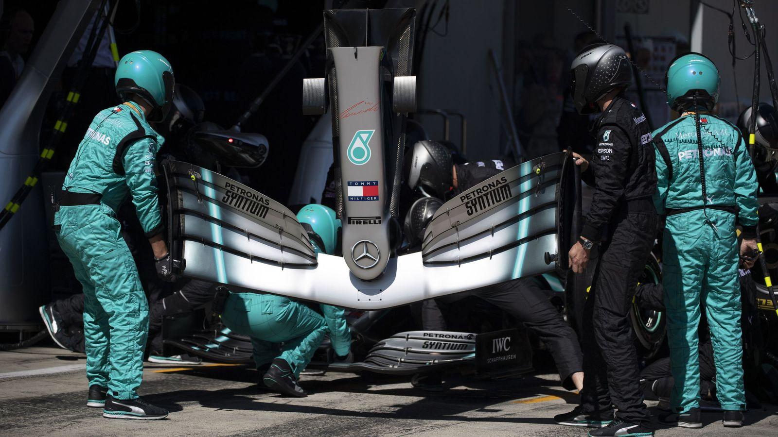 Foto: Los mecánicos de Mercedes cambiando el alerón delantero a Hamilton en Austria. (EFE)