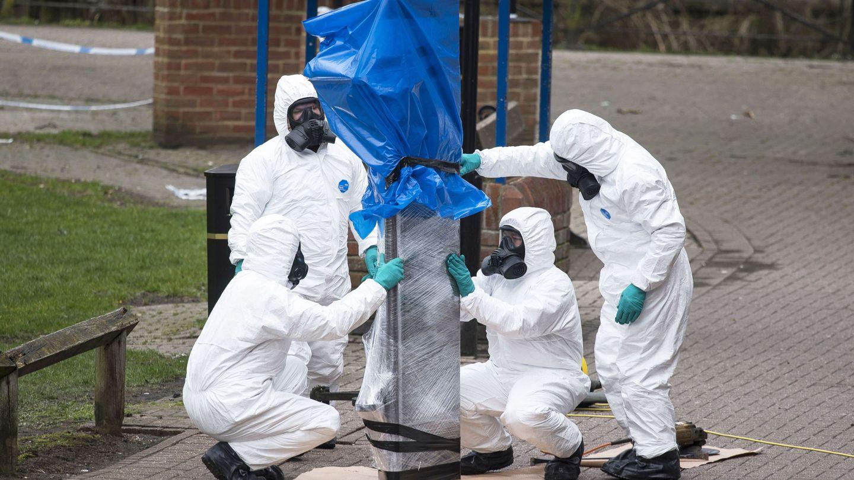 Investigadores británicos retiran el banco donde se encontró a los dos ciudadanos rusos afectados por Novichok en Salisbury, el 23 de marzo de 2018. (EFE)
