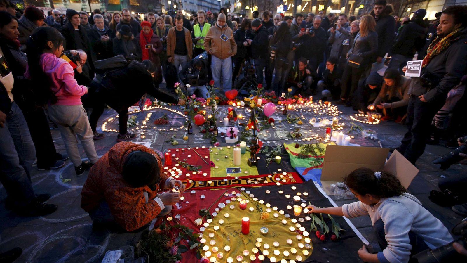 Foto: Belgas durante un homenaje improvisado a las víctimas de los atentados de Bruselas, en la capital belga, el 22 de marzo de 2016 (Reuters).