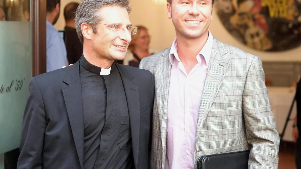 La pareja del sacerdote expulsado por el Vaticano por ser gay es catalán