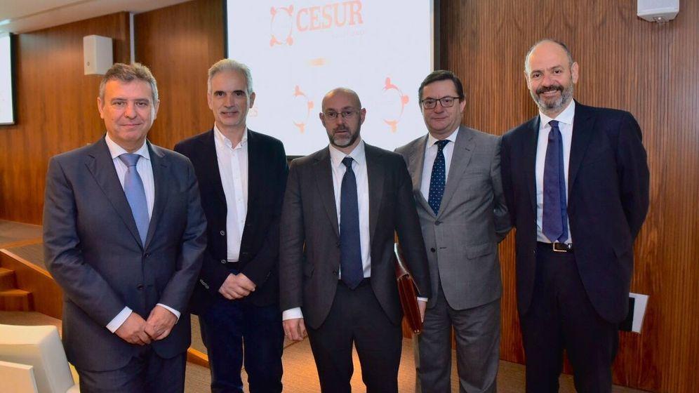 Foto: Jorge Sanz, en el centro, en la conferencia en Sevilla. (Foto: Cesur)