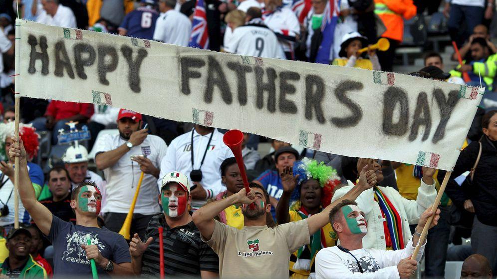Foto: Una pancarta de 'Feliz día del padre' durante un partido Italia-Nueva Zelanda   EFE
