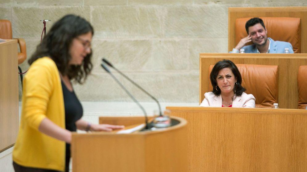 Foto: Raquel Romero en el atril del Parlamento, mientras Concha Andreu le mira. (EFE)