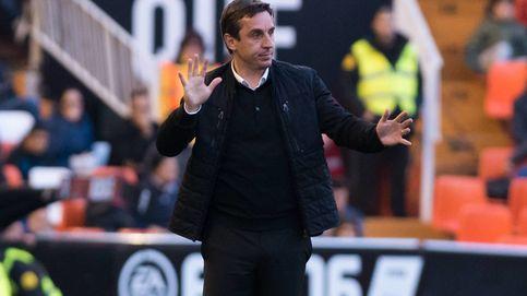 A Neville le gritan Gary, vete ya y se queda cuatro días más