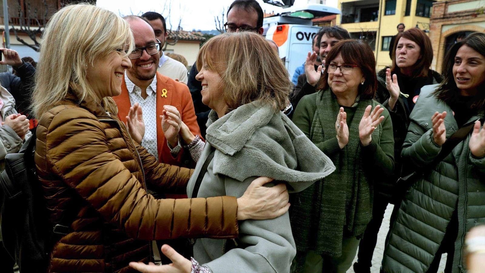 Foto: Neus Lloveras saluda a la consejera de Gobernación, Meritxell Borràs (c), en su primera aparición pública tras su salida de prisión. (EFE)